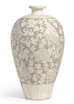 """Большая белая керамическая ваза """"Cizhou"""", украшенная рисунком в виде цветка пион, относящаяся к периоду Северной династии Сун (960–1127 года н.э.)."""