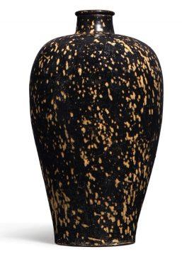"""Керамическая ваза в стиле """"Цзичжоу"""" (Jizhou), черного цвета с янтарными брызгами (""""крыло куропатки""""), относящаяся к периоду Северной династии Сун (960–1127 года н.э.)."""