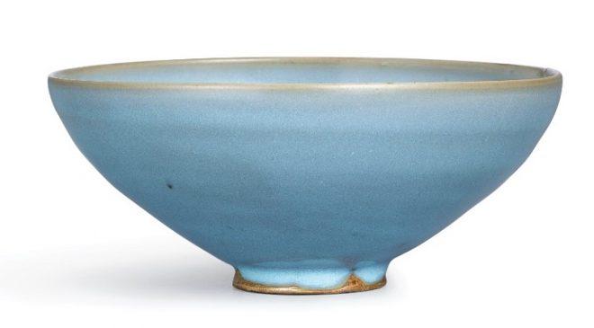 """Керамическая чаша в стиле """"Жун-яо"""" (Junyao), покрытая голубой глазурью, относящаяся к периоду Династии Цзинь (1115—1234 года н.э.)."""
