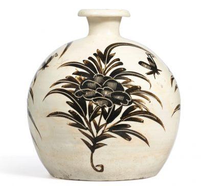 """Керамическая ваза в стиле """"Си-чжоу"""" (Cizhou), относящаяся к периоду Династии Цзинь (1115—1234 года н.э.)."""