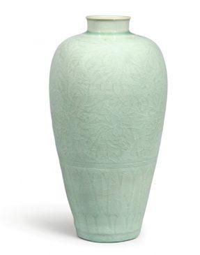 Керамическая ваза, покрытая серовато-зеленой глазурью (селадон) и украшенная резьбой в виде цветка пион, относящаяся к периоду Северной династии Сун (960–1127 года н.э.).