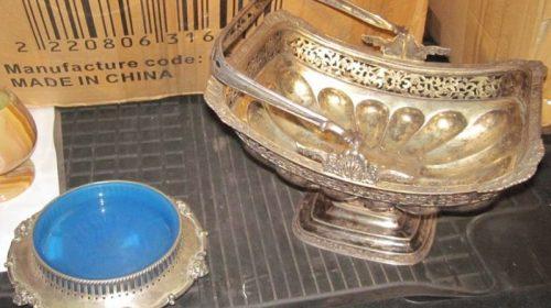 Старинные предметы интерьера, изготовленные из металла белого цвета: ваза для конфет 1835 года и пепельница