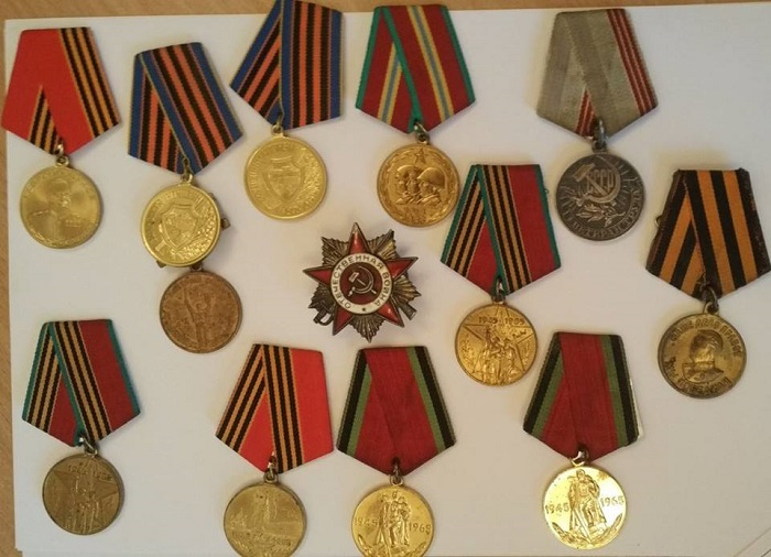 коллекцию медалей и орденов времен Второй мировой войны