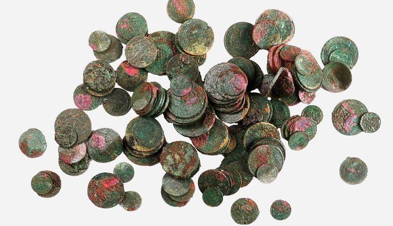 На Софийской набережной Москвы нашли клад из 135 медных монет