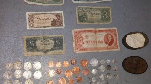 6 купюр и 47 монет чеканкой 1830-1938 годов, в том числе советские денежные банкноты, серебряные монеты, царские билоны и медные монеты