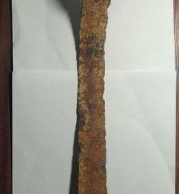 Кольчуга 3-2 в. д.н.э, два меча, копьё, бармица и медальон