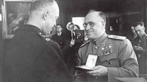 Маршал Советского Союза Г.К. Жуков вручает орден «Победа» генералу армии Эйзенхауэру. Франкфурт-на-Майне, 10 июня 1945 года
