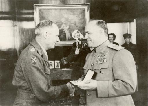 Вручение маршалом Советского Союза Г.К. Жуковым Ордена Победы фельдмаршалу Великобритании Бернарду Монтгомери. Берлин, 1945 год