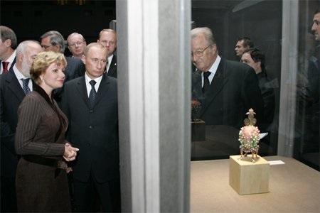 президент России Владимир Путин осматривает коллекцию яиц Фаберже, привезенную Виктором Вексельбергом