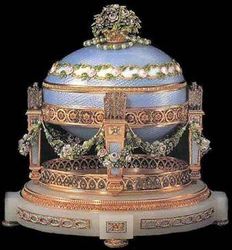 1907 год - императорское пасхальное яйцо «Колыбель с гирляндами» (Любовные трофеи)