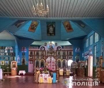 В пгт. Калита Броварского района из местной церкви также похитили серебряные крестики, пожертвование в виде денежных средств и старинные иконы