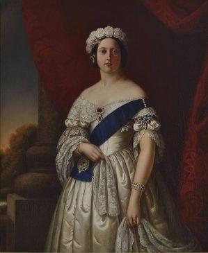 Знак ордена (подвязка) на левом плече королевы Виктории