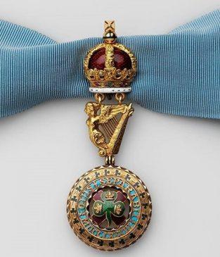Знак ордена Святого Патрика на широкой голубой ленте