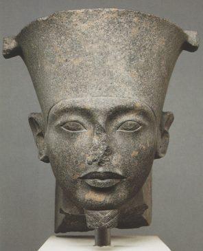 бюст фараона Тутанхамона