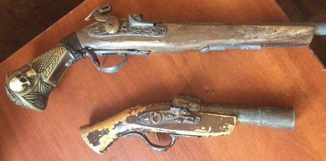 старинные пистолеты, сабли и ножи