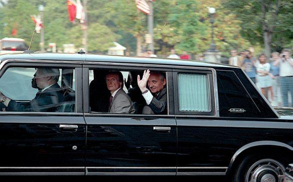 Президент СССР Михаил Горбачев в салоне ЗИЛ-41045