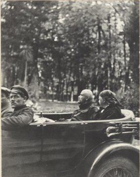 Владимир Ленин в автомобиле