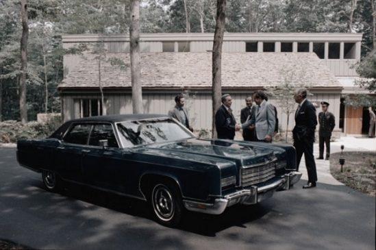 Ричард Никсон вручает Леониду Брежневу ключи от Lincoln Continental