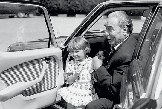 Леонид Брежнев с внучкой Галей в Mercedes-Benz W116