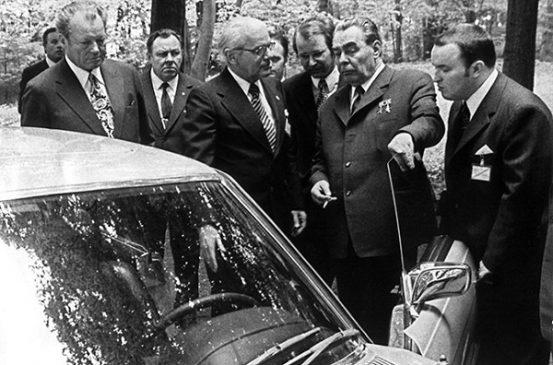 Канцлер ФРГ Вилли Брандт дарит Леониду Брежневу Mercedes 450 SL