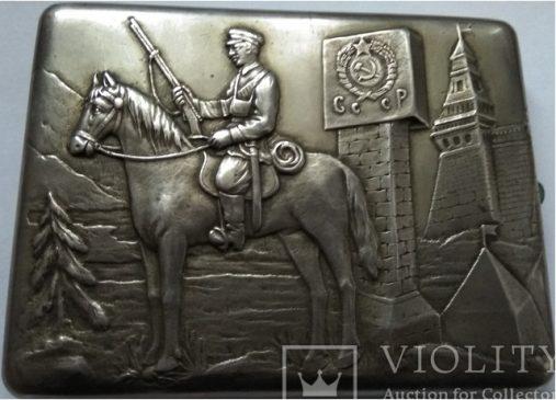Серебряный портсигар «Всадник на фоне Кремля»