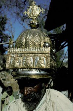 Священник, носящий корону в Челекоте (Эфиопия), в 1993 году