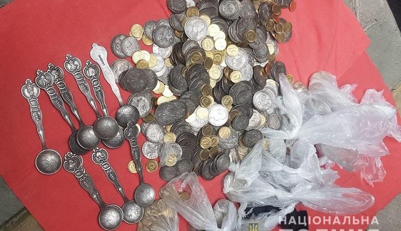 В Киеве иностранцы продали священнику фальшивое царское золото на 0,5 млн гривен