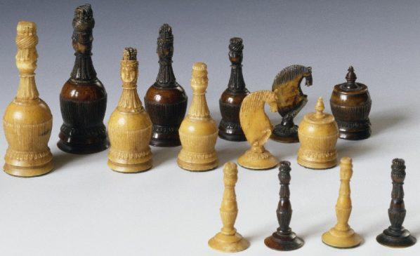Шахматы.Россия, конец XVIII века. Кость, ткань, резьба, подцветка. Размеры 7 х 2,5 см.