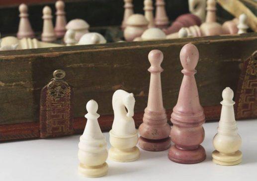 Шахматы, хранятся в Музеях Московского Кремля.