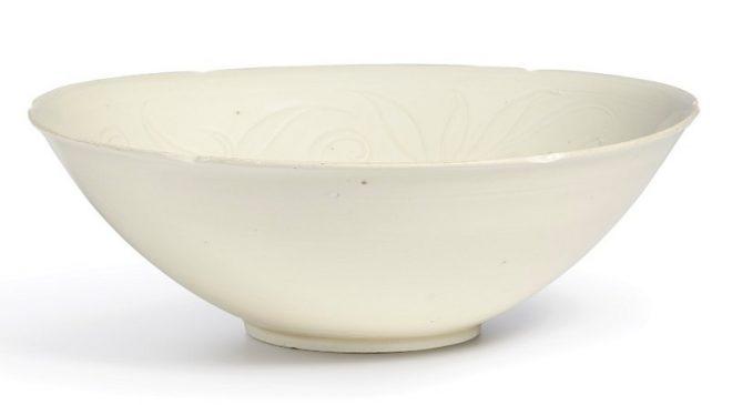 """Керамическая резная чаша в стиле """"Дин-яо""""из императорской коллекции Северной династии Сун (960–1127 года н.э.)."""