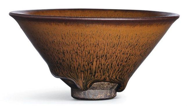 """Керамическая чаша """"nogime temmoku"""" в стиле """"Цзянь"""" (Jian), относящаяся к периоду Южной династии Сун (1127–1279 года н.э.)."""