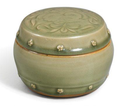 """Керамическая коробочка с крышкой в стиле """"Яочжоу"""", покрытая серовато-зеленой глазурью (селадон), относящаяся к периоду Северной династии Сун (960–1127 года н.э.) - Династия Цзинь (1115—1234 года н.э.)."""