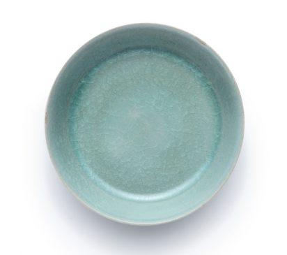 """Керамическая умывальница в силе """"Ру гуан-яо"""" (Ru guanyao), покрытая сине-зеленой глазурью, относящаяся к периоду Северной династии Сун (960–1127 года н.э.)."""