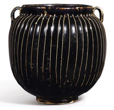 Покрытый черной глазурью и украшенный параллельными вертикальными линиями кувшин, относящийся к периоду Северной династии Сун (960–1127 года н.э.) - Династия Цзинь (1115—1234 года н.э.).