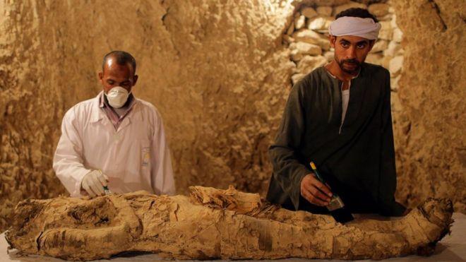 Археологи нашли в Египте неразграбленную гробницу с артефактами