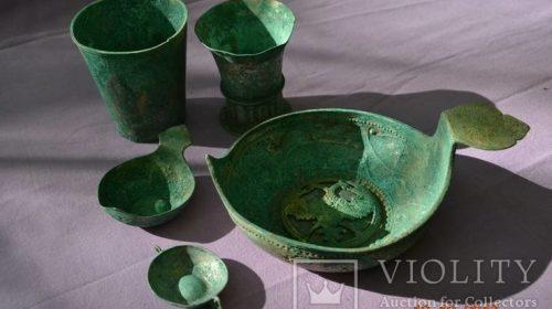 Старинный комплект серебряной посуды с гербом