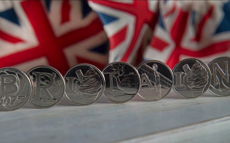 В Великобритании выпустили новые десятипенсовые монеты с буквами алфавита