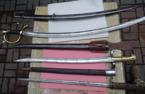 3 старинные сабли, 4 штык-ножа и военный шлем
