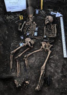 "В ""Барвенковском котле"" откопали останки 49-ти солдат и множество артефактов"