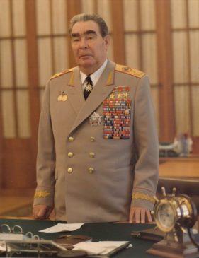 Маршал Советского Союза Л.И. Брежнев (1906–1982) с орденом «Победа» № XIII, врученным ему М.А. Сусловым 20 февраля 1978 года