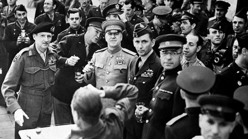 Маршал Жуков после награждения орденом «Победы» британского фельдмаршала Бернарда Монтгомери и генерала Дуайт Эйзенхауэра
