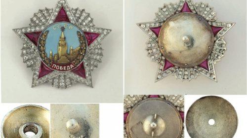 Орден «Победа», принадлежавший Маршалу Советского Союза С.К.Тимошенко. На задней пластине знака, а также на гайке и прижимном диске ручной гравировкой нанесены символы «Х I I I I», обозначающие учетный номер «14»