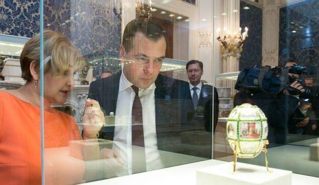 премьер-министр России Дмитрий Медведев осматривает коллекцию яиц Фаберже, привезенную Виктором Вексельбергом