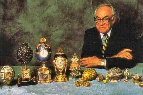 Малкольм Форбс позирует с коллекцией яиц Фаберже