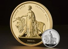 В Великобритании выпустили самую большую монету в мире. Ее вес - пять килограммов