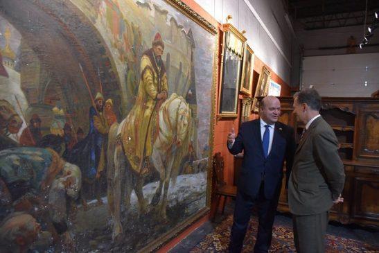 экс-посол Украины в США Валерий Чалый во время передачи американцами картины Панина