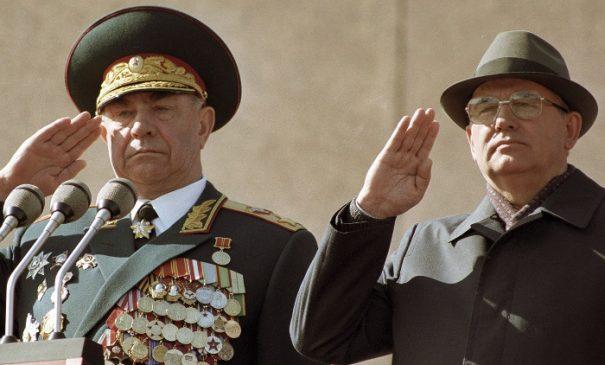Генеральный секретарь ЦК КПСС, президент СССР Михаил Горбачев и министр обороны СССР Дмитрий Язов на трибуне Мавзолея В. И. Ленина во время празднования 45-ой годовщины Победы в ВОВ 9 мая 1990 года