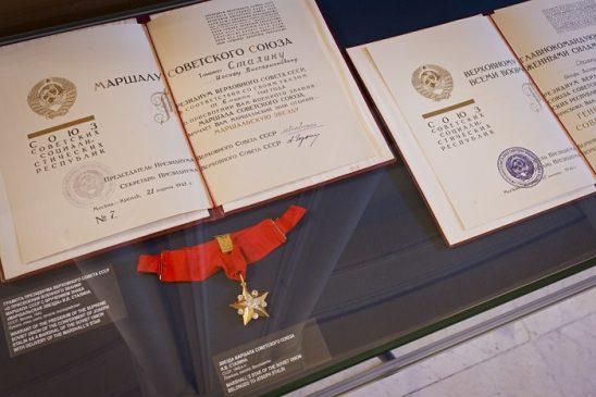 Знак отличия «Маршальская звезда» Иосифа Сталина и грамота в ней