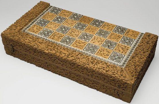 Доска для игры в шахматы и нарды. Индия, XVII-XVIII вв. Дерево сандаловое, слоновая кость, перламутр; резьба, инкрустация. Размеры: 22 х 8,5 см.