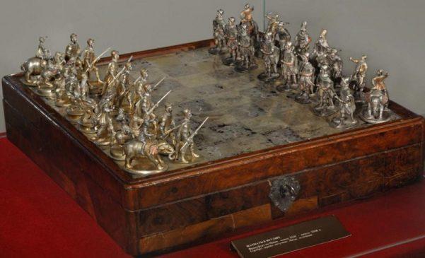 Шахматы. Германия, Франкфурт-на-Майне, конец XVII - начало XVIII века. Серебро, дерево, медь, бархат, позумент, краска. Литьё, ткачество, золочение.